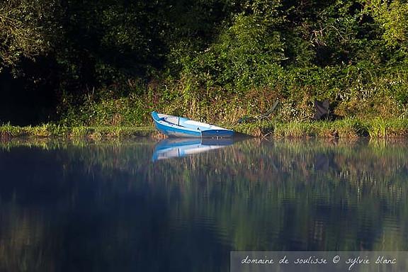 Reflet d'une barque sur l'eau