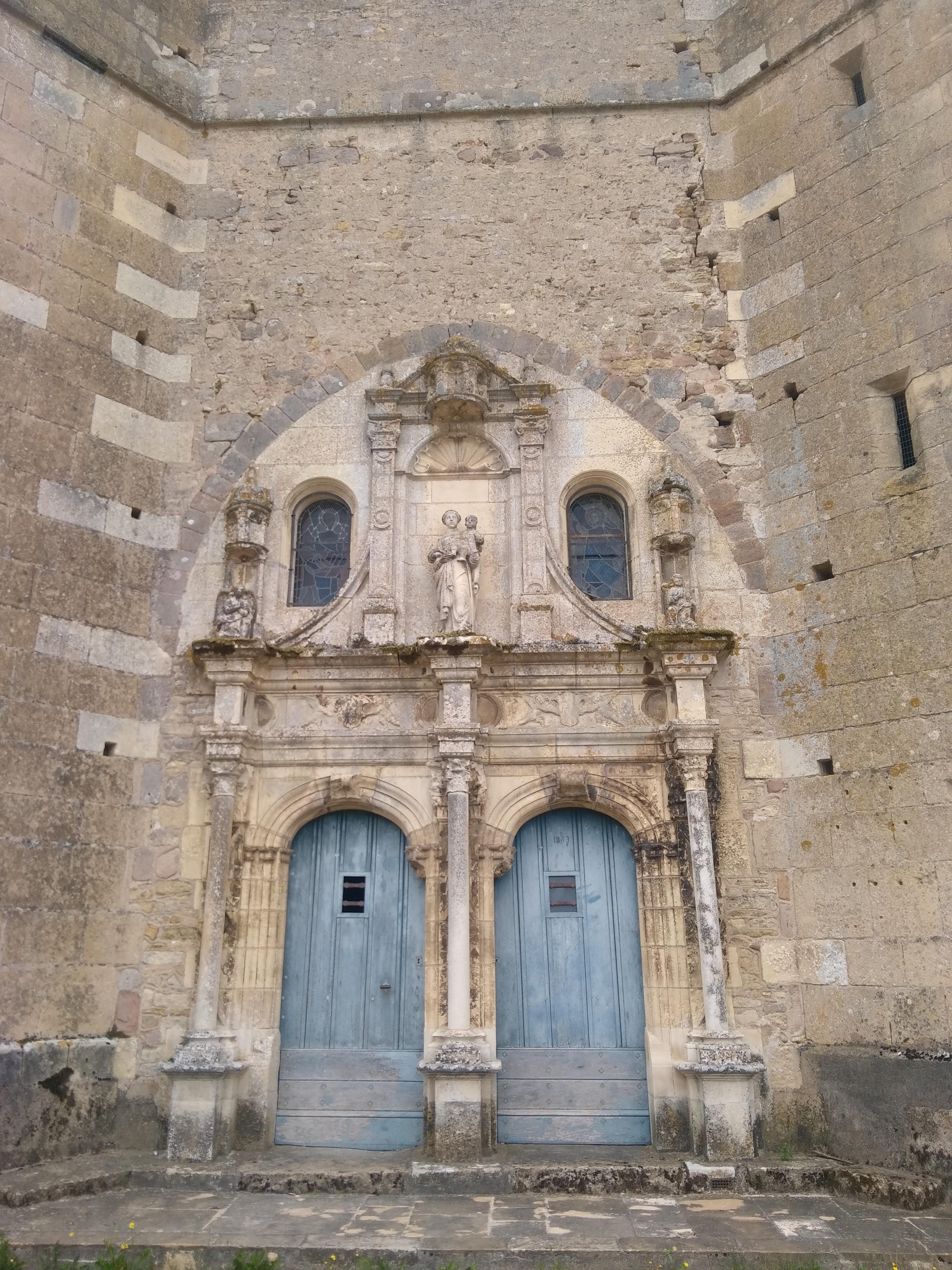 Porte de l'église d'Ainay-le-Château